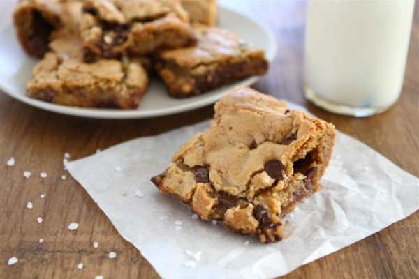 chocolate chip salted caramel cookie bars2 e1343226227462 Yum Overload: Chocolate Chip Salted Caramel Cookie Bars